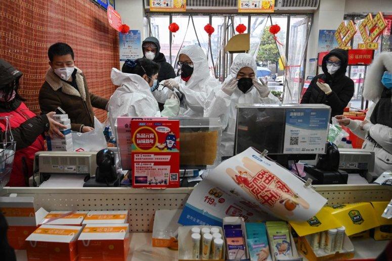 周六,武汉药店工作人员身穿防护服,为顾客服务。