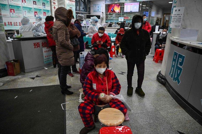 周六,武汉红十字会医院等待就诊的人们。