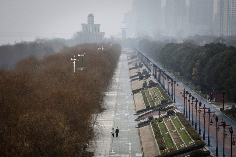 周一,武汉江滩公园空荡荡的街道。