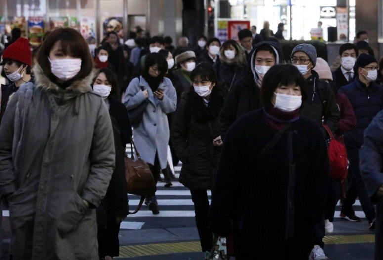 周一,东京新宿车站附近的上班族。