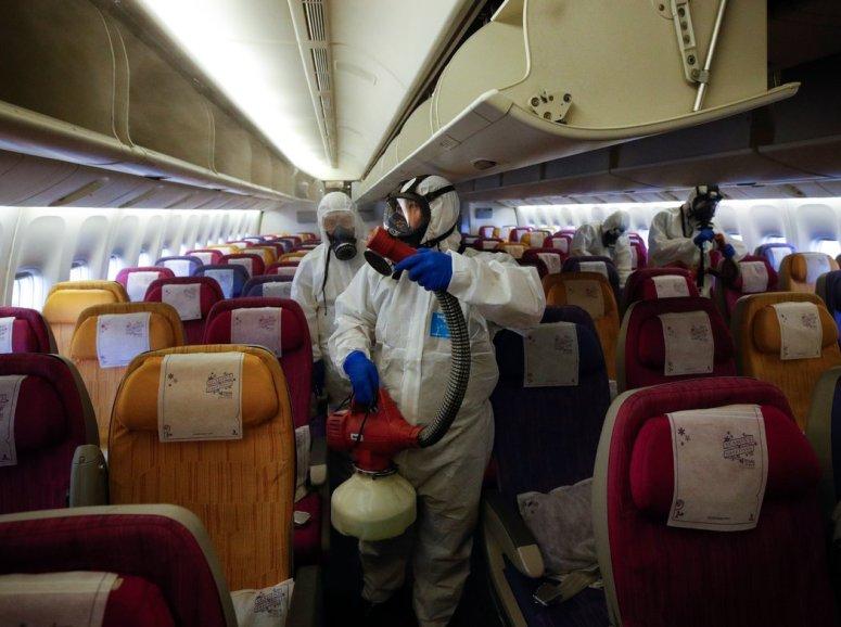 泰国素万那普机场附近,一架正在消毒的泰国航空飞机。