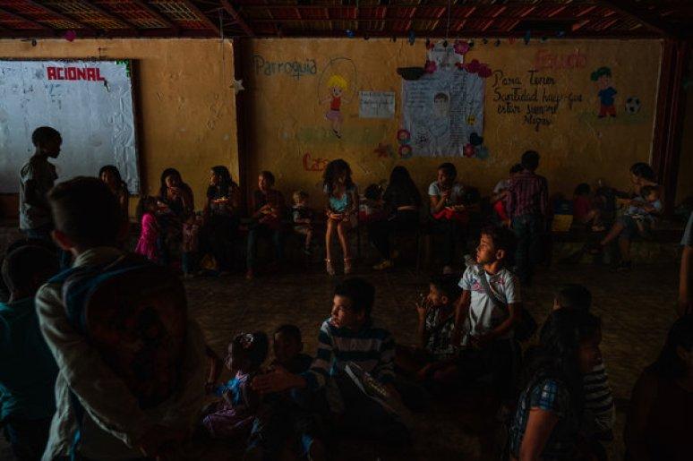 Madres e hijos compartiendo una comida de Navidad organizada por dos organizaciones venezolanas sin fines de lucro.
