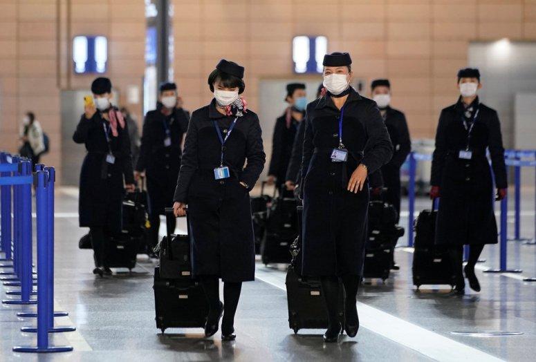 周一,上海浦东国际机场的机组人员。