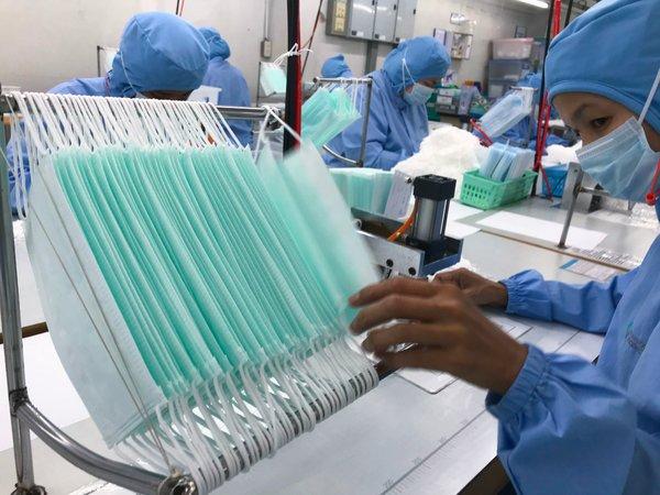 Ante un aumento en la demanda, los trabajadores duplicaron la producción de cubrebocas en una fábrica en Bangkok el mes pasado.