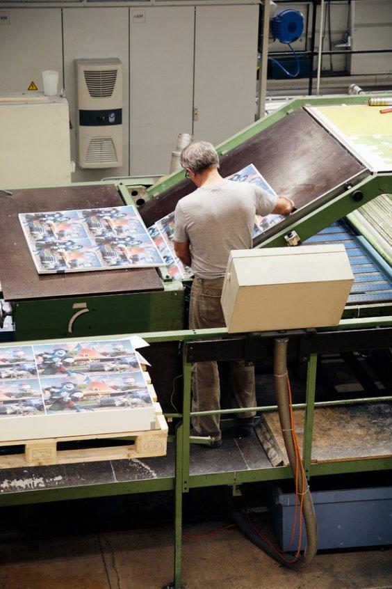 Las imágenes se imprimen en papel mate para evitar el reflejo y este luego se lamina encima de cartón