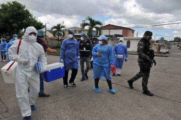 Personal del Ministerio de Salud visitó esta semana un complejo residencial en Guayaquil para hacer pruebas a sus habitantes.