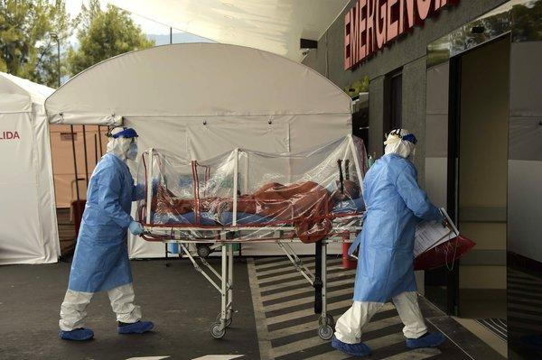 Los hospitales en Ecuador estaban abrumados con pacientes con la COVID-19.