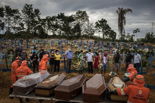 Un funeral para víctimas del coronavirus en un cementerio en Manaos, Brasil