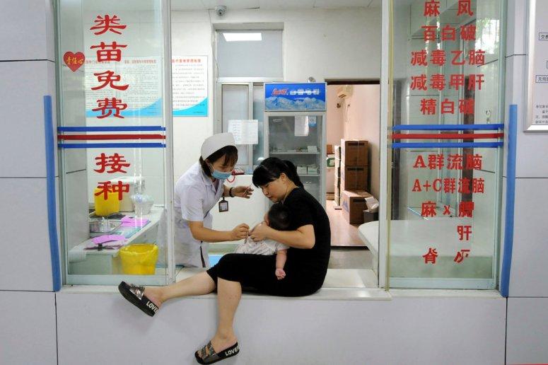 2018年,一名护士在接种疫苗。那一年,中国家长发现无效疫苗被用于婴儿接种后非常愤怒。