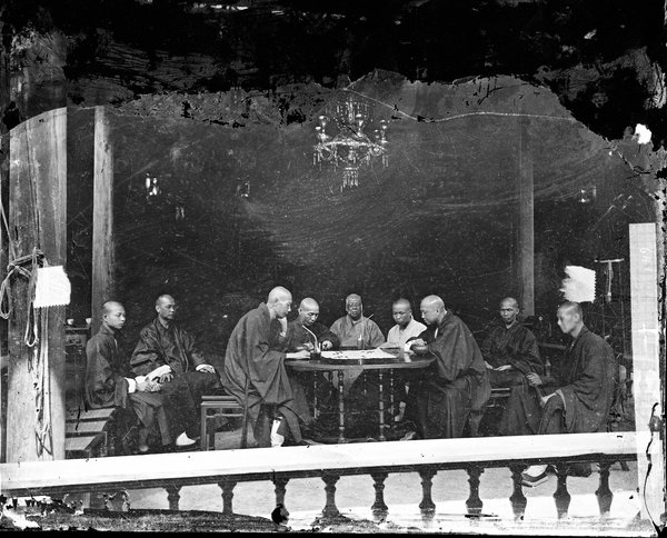Moines jouant à un jeu de société, qui semble être Go.  Vers 1870.