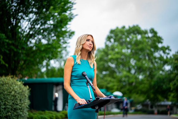 Kayleigh McEnany, la secretaria de prensa de la Casa Blanca, es parte de un ala oeste que carece de un sentido claro de urgencia, dicen visitantes recientes.