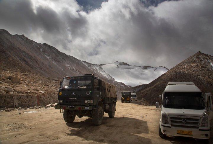 2018年,一辆印度军用卡车在拉达克穿越离实际控制线很近的常拉山口。