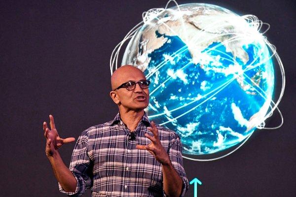 Satya Nadella, director ejecutivo de Microsoft, dijo que le preocupaba la pérdida de las interacciones en persona.
