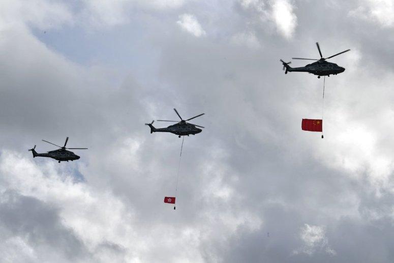 在周三慶祝香港回歸23周年的儀式上,直升機在香港上空展示中國國旗和香港區旗。