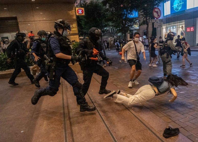 7月1日,警察与抗议者在香港一家购物中心发生冲突。