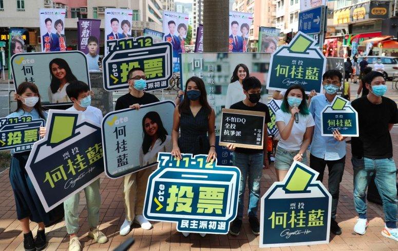 何桂蓝(中)和立法会其他民主派议员周六在香港参加初选。