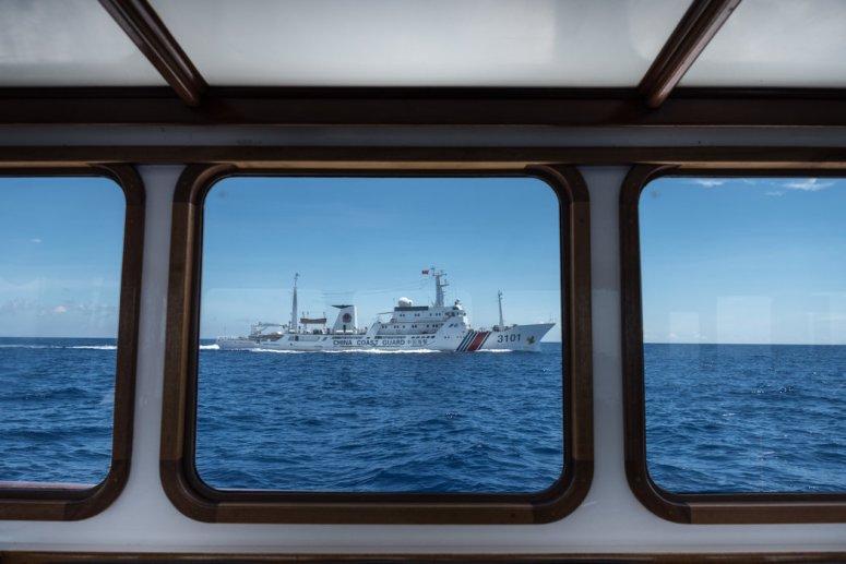 2016年,一艘中国海警船只在南中国海中菲都声称拥有主权的斯卡伯勒浅滩(中国称之为黄岩岛)附近巡逻。