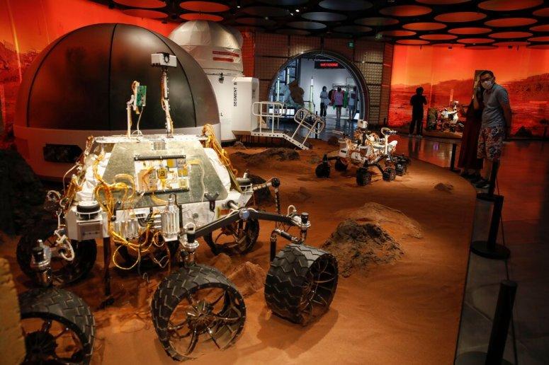本周,摆放在北京一家购物中心里的火星着陆器和火星车复制品。