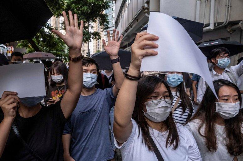 今年7月3日,香港抗議者為了避免違反新國安法,舉着白紙抗議。