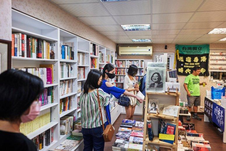 书店里出售大陆禁书。