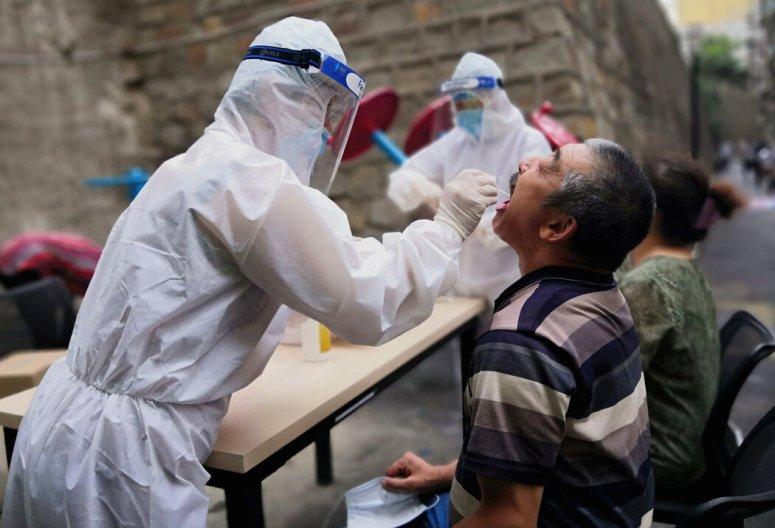 官方媒体发表的一张照片显示,一名医务人员在中国新疆省会乌鲁木齐进行新冠病毒检测。