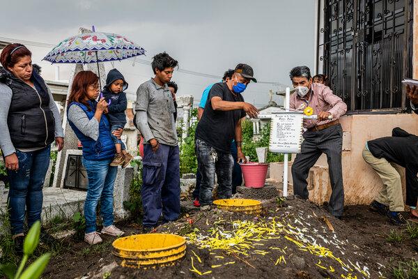 Familiares de Victor Bailón, quien murió de COVID-19 en julio, alrededor de sus tumba. México tiene una de las tasas más altas de mortalidad en el mundo.
