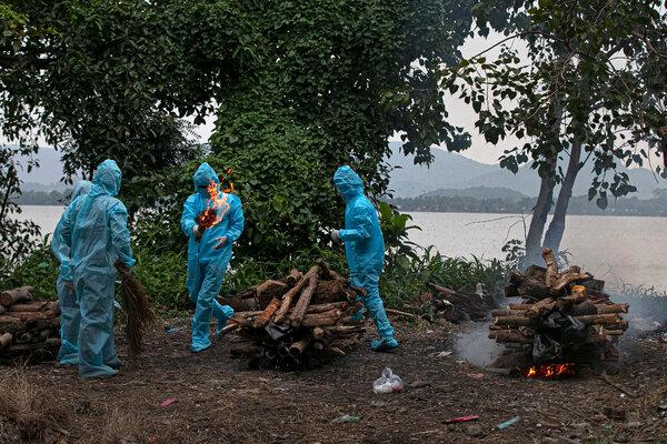 Cremación de una víctima del coronavirus en India