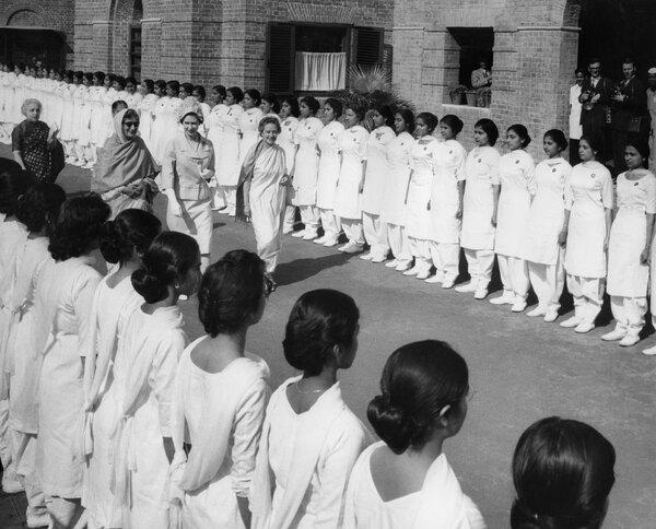 La reina Isabel II en Nueva Delhi durante una visita en 1961 al Lady Irwin College, donde Gopalan recibió un título en ciencias del hogar.