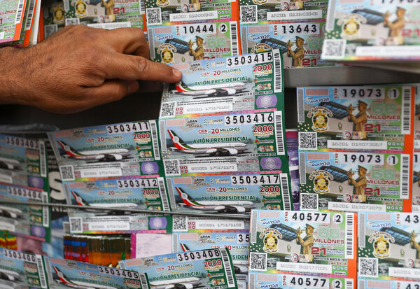 Boletos de lotería para el avión presidencial en exhibición en Ciudad de México.