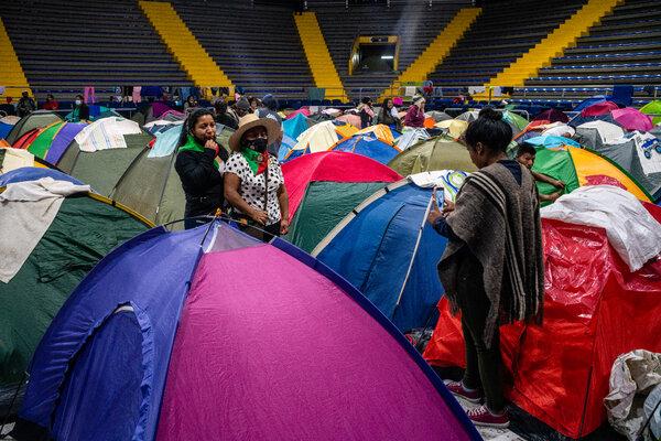 Los manifestantes acamparon en un campo deportivo proporcionado por el gobierno de Bogotá.