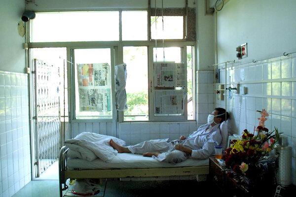 Un paciente que se estaba recuperando del SRAG en China, en 2003. Los sobrevivientes de esa infección, también causada por un coronavirus, todavía tenían células inmunes 17 años después.