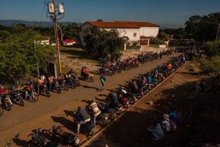 Una gran fila de motociclistas esperaba a cargar gasolina el mes pasado en Aroa, Venezuela.