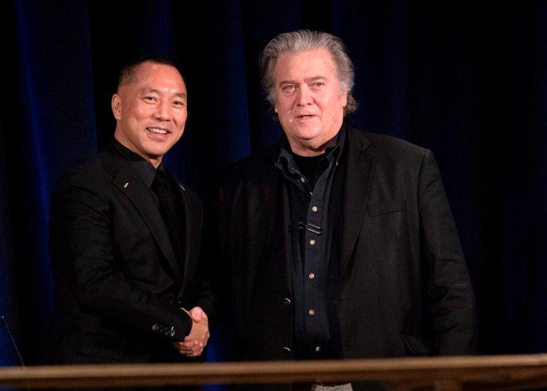 郭文贵和史蒂芬·班农在2018年的一场新闻发布会上。据他们所说,双方均将反共作为长期事业。