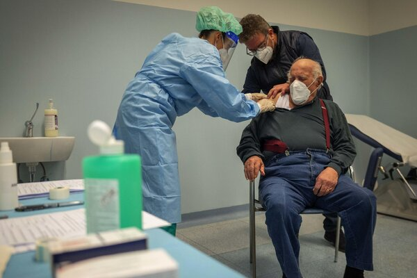 Health workers carried out flu vaccinations at a hospital in Milan, Italy, this month.