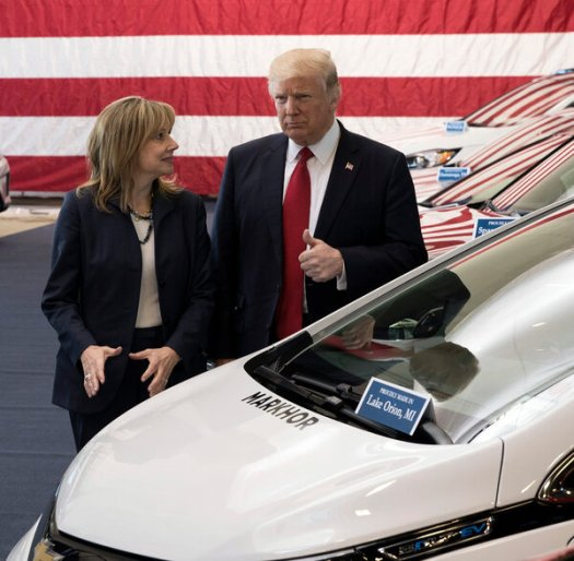 Mary Barra, G.M.'s chief executive, and President Trump in 2017.