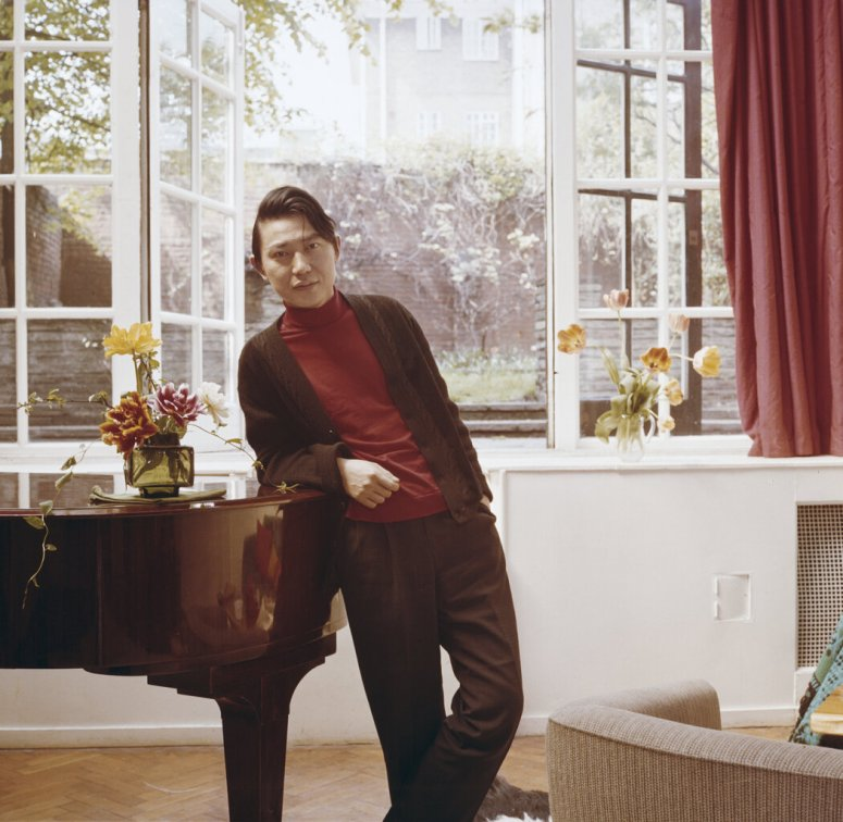 傅聪于1960年。他是中国最早赢得国际声誉的钢琴家之一。