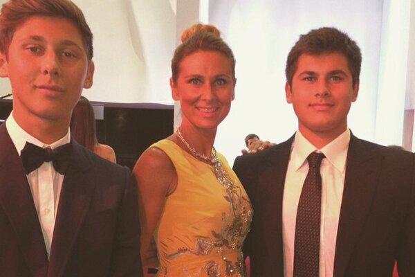 En una fotografía de prensa sin fecha, Tatiana Akhmedova con sus hijos, Edgar, izquierda, y Temur, en 2014, dos años antes del acuerdo histórico.