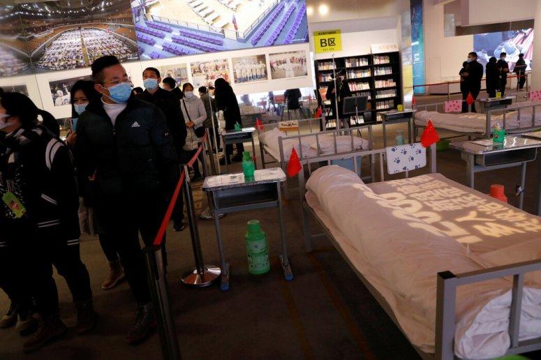 武汉的展览展示了一个大规模检疫点的复刻品,细节包括牙刷杯(以及小的中国国旗)。