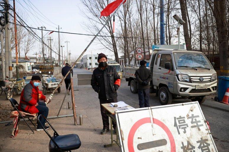 志愿者周二在北京郊外与河北接壤处的一个检查站执勤。