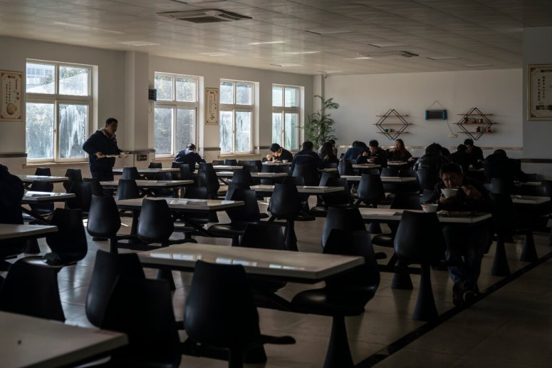 浙江华远汽车零部件有限公司的员工在午休。疫情期间,该公司仅停产了17天。