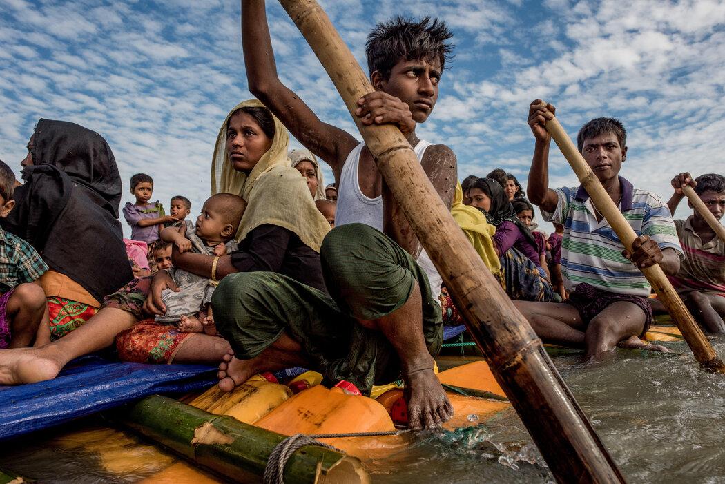 2017年,罗兴亚难民从缅甸穿越边境前往孟加拉国。