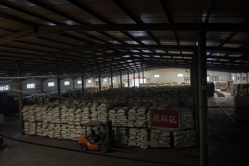 孙大午的大午农牧集团的猪饲料仓库。公司现约有9000名员工。