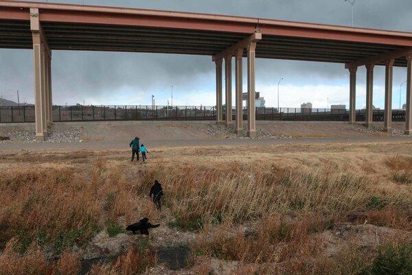 Migrants heading toward the border between Ciudad Juárez, Mexico, and El Paso in late January.