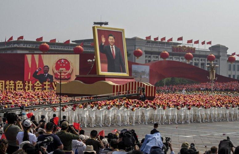 2019年10月,在北京举行的庆祝中华人民共和国成立70周年的仪式上,一辆载着中国领导人习近平巨幅照片的彩车。