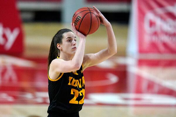 Caitlin Clark of Iowa ha tentato più 3-pointer in questa stagione rispetto a qualsiasi altro giocatore femminile di Division I.