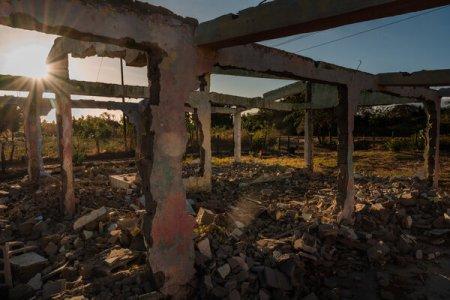 La familia que vivió en lo que queda de esta casa fue amenazada por un grupo armado llamado La Zona. El grupo era conocido por quitar los techos de las casas, por lo que sería imposible que los propietarios regresaran.