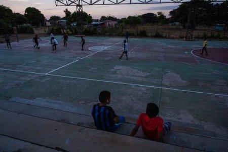 Se juega un partido de fútbol en un campo donde fue asesinado Junior Uriana en 2018.