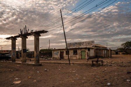 Una gasolinera abandonada en Paraguaipoa