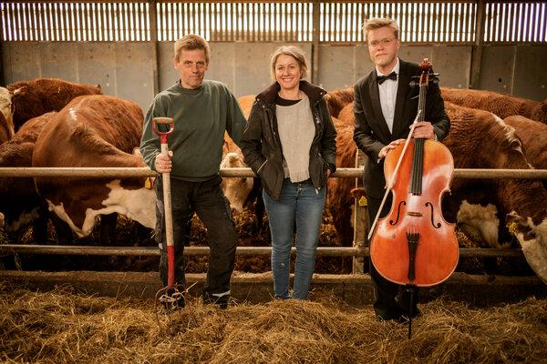 De izquierda a derecha: los ganaderos Mogens y Louise Haugaard, y Jacob Shaw, quien fundó la Escuela Escandinava de Violonchelo.