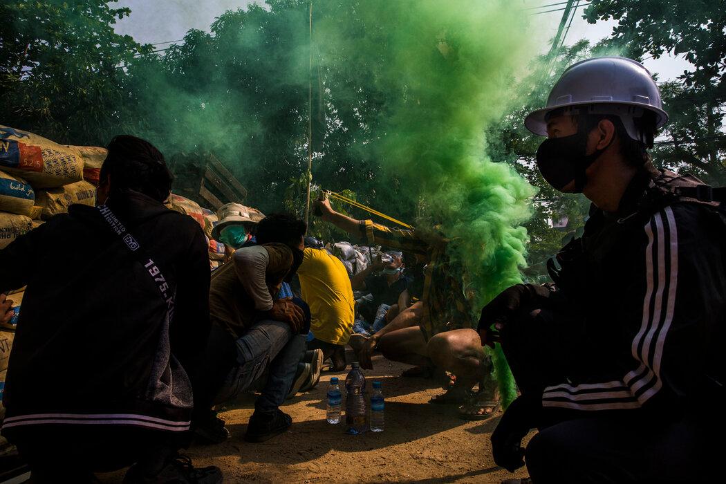 今年3月,抗议者在仰光与安全部队发生冲突。